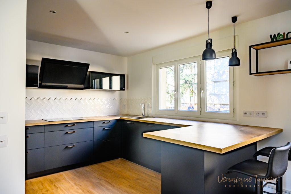 Photo d'une cuisine de style industriel noire par Liza Lena