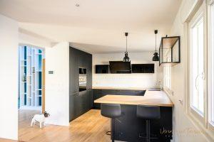 Aménagement d'une cuisine en fenix noir et chêne