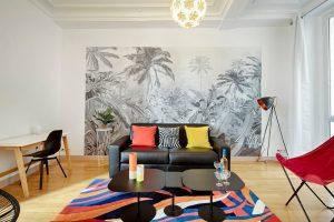décoration d'un appartement avec des accessoires colorés et un papier peint noir et blanc