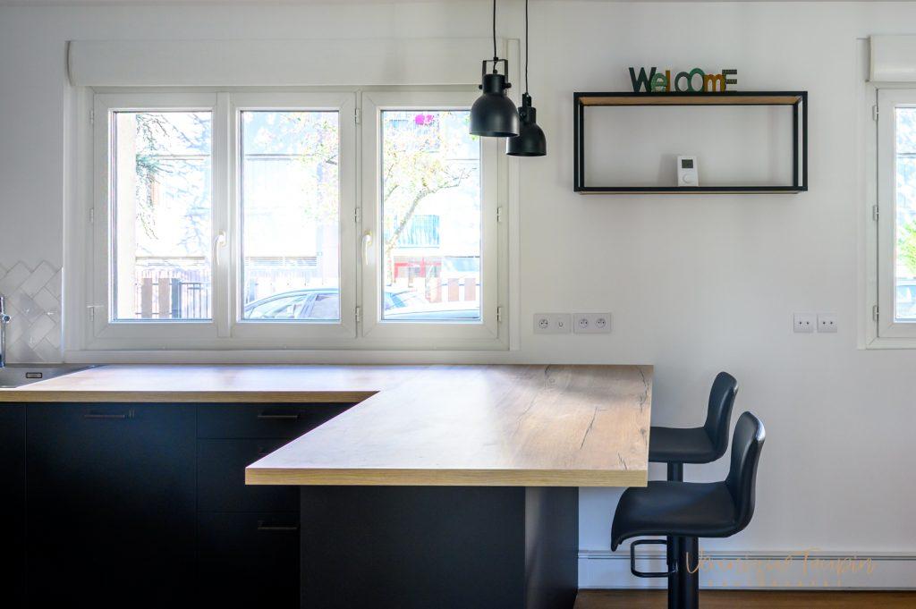 Plan bar d'une cuisine style industriel conçue par Liza Lena