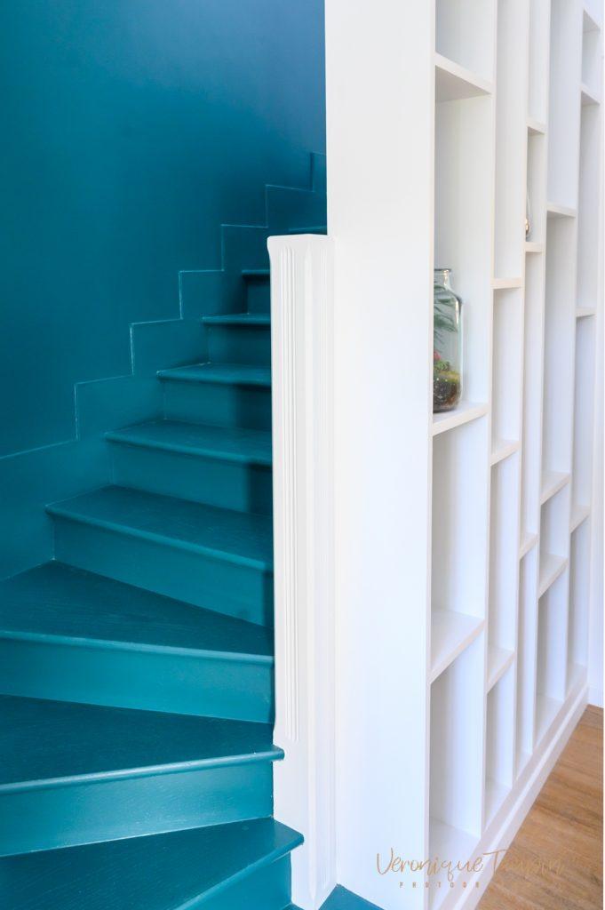 Un escalier relooké avec une bibliothèque
