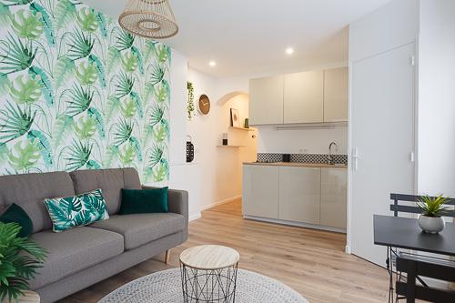 Photo d'un salon avec une cuisine aménagée beige