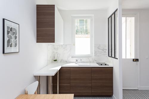 cuisine en noyer et blanc ouverte sur salon avec verrière