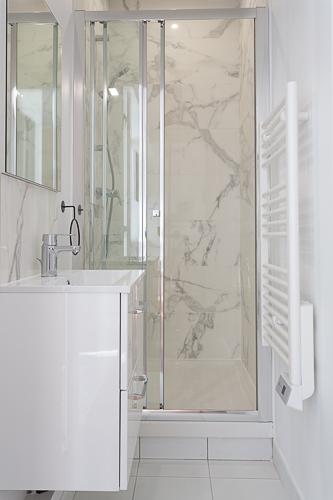 Salle d'eau lumineuse blanc et marbre