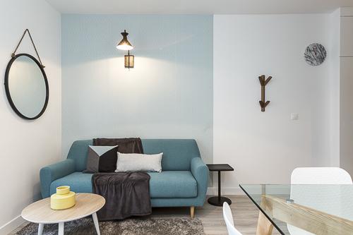 photo d'un salon décoré dans les tons bleus avec du mobilier scandinave