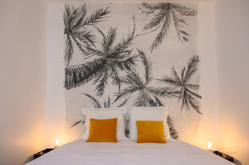 Une chambre décorée par Liza Lena avec un papier peint à palmiers