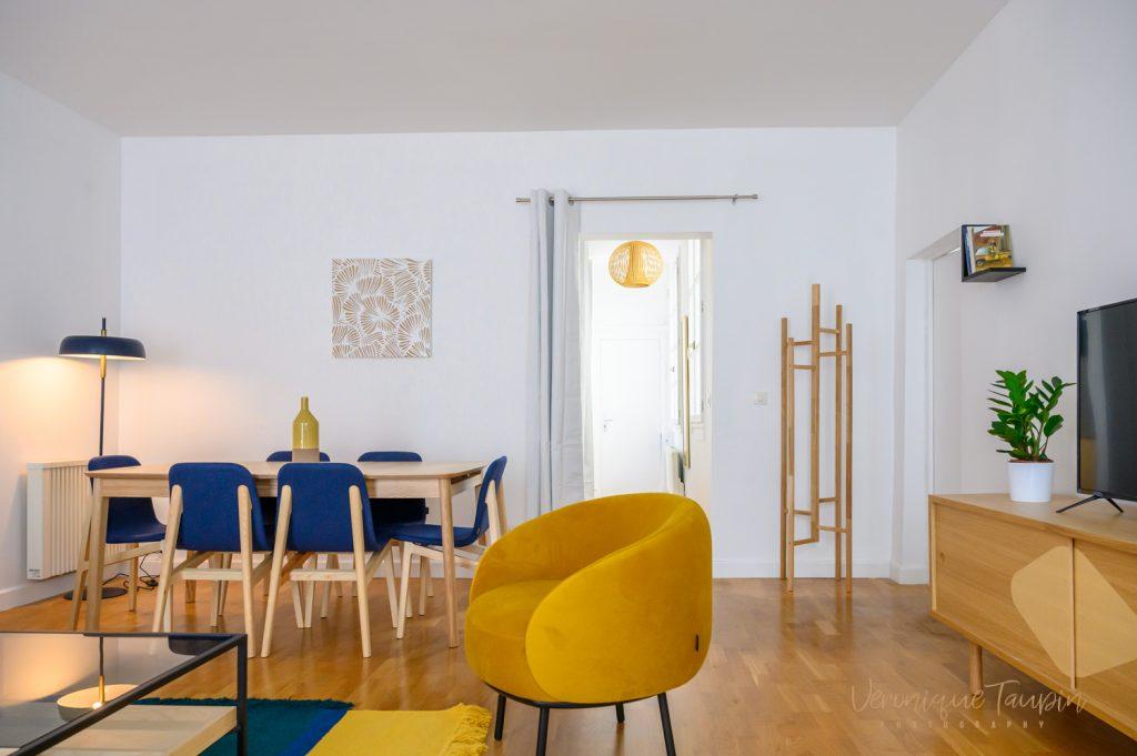 Photo d'une salle à manger avec chaises bleu