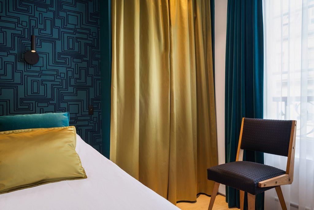 détail d'une chambre avec tissu rideaux choisis par Liza Lena