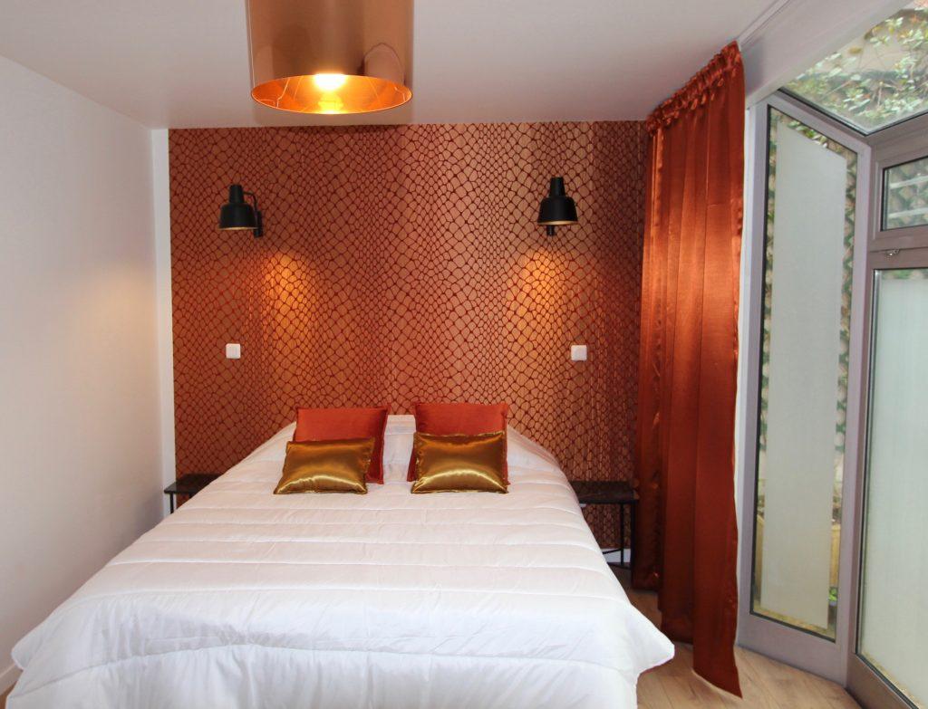 Vue d'une chambre avec un papier peint cuivré orangé