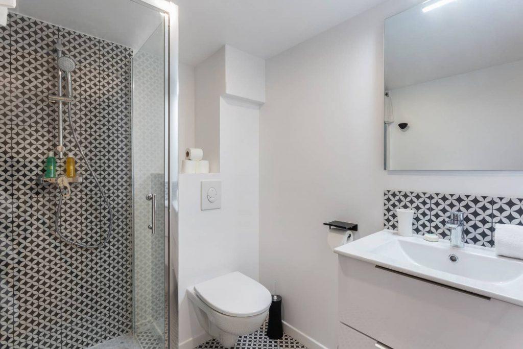 Photo d'une salle d'eau en noir et blanc