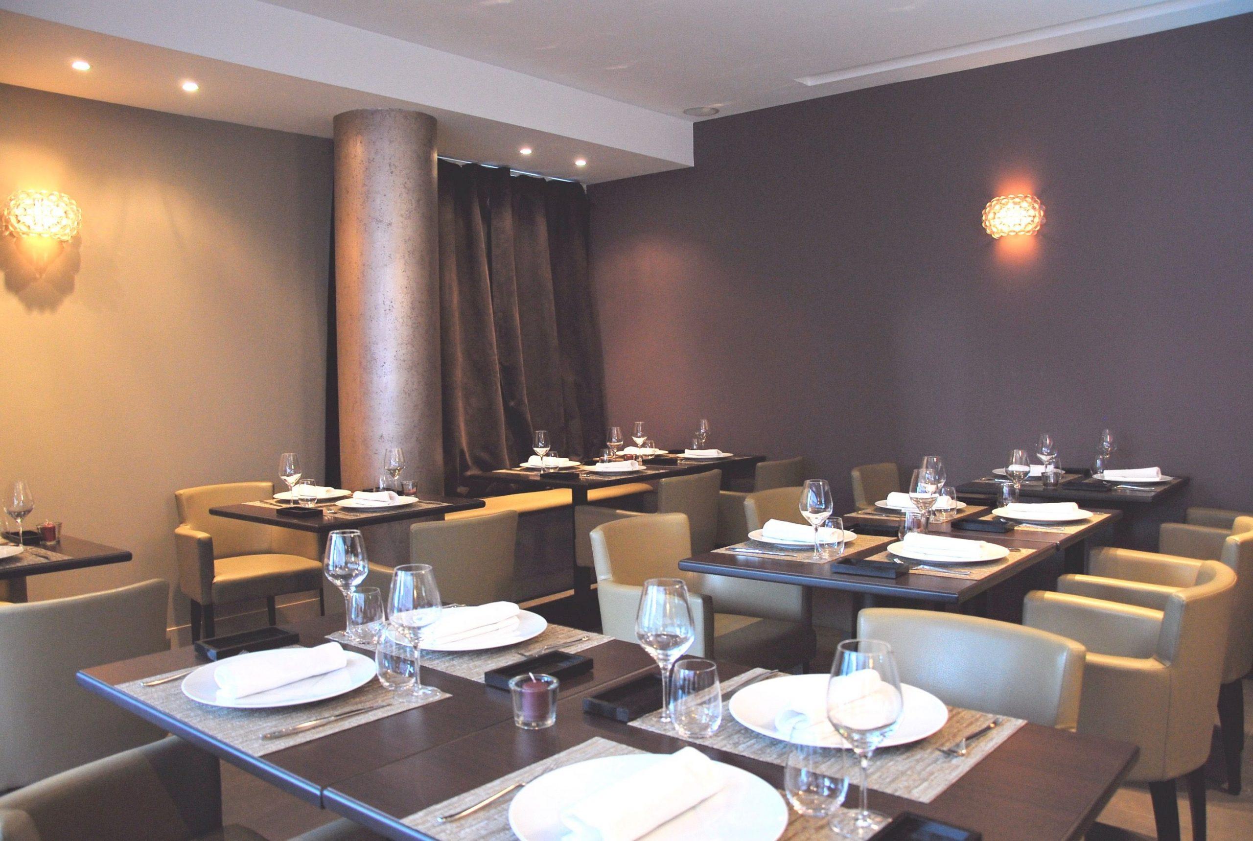 Photo d'un restaurant dans les tons prune décoré par Liza Lena
