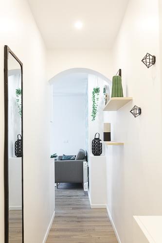Vue d'un couloir décoré avec des accessoires