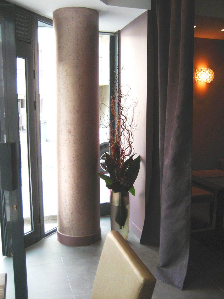 Vue de l'entrée d'un restaurant contemporain chic