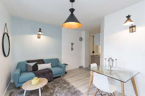 salon décoré dans une ambiance bleue par Liza Lena
