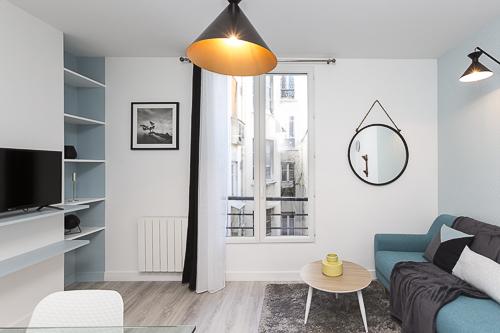 Salon décoré avec des touches de bleu, noir et blanc