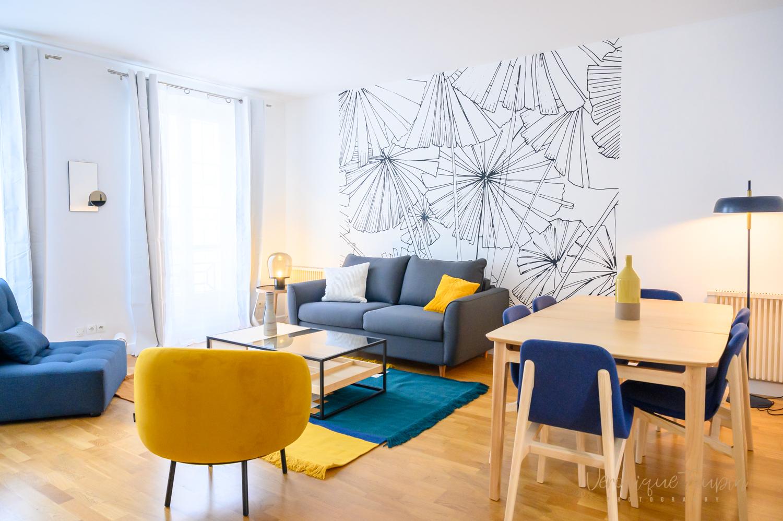 photo dun salon décoré par Liza Lena avec un papier peint noir et blanc