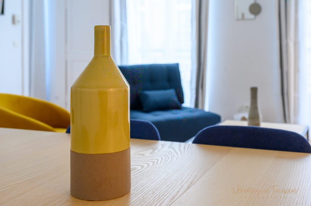 Gros plan sur un vase jaune