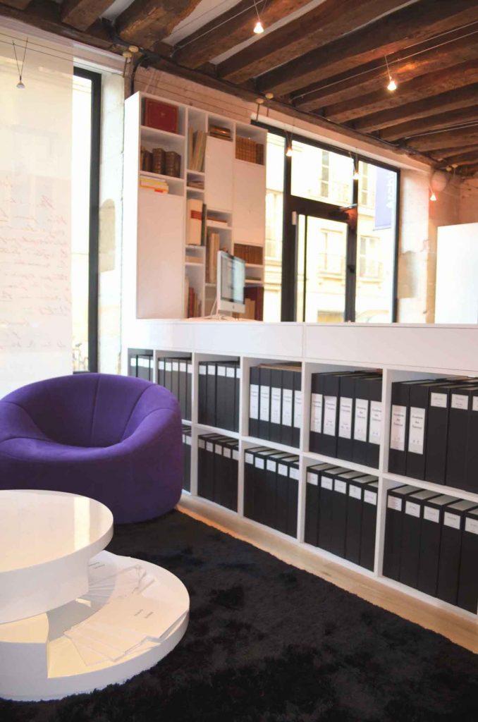 Vue d'une bibliothèque conçue pour une librairie par Liza Lena