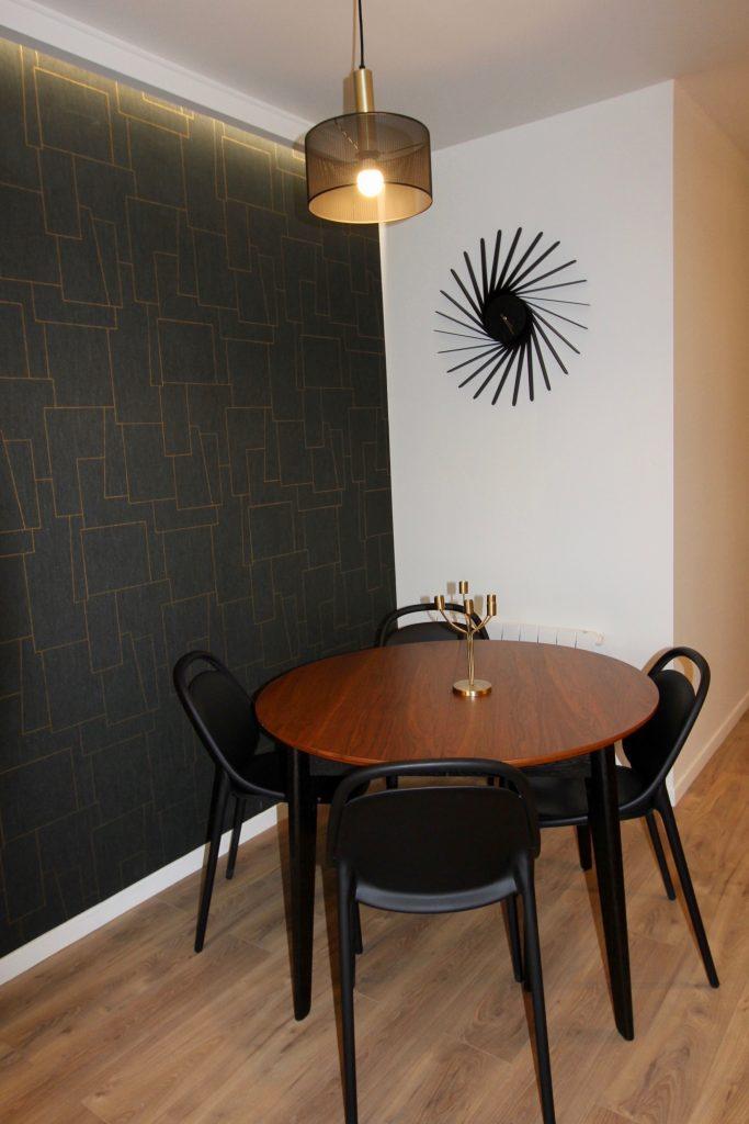 photo d'une salle à manger en noir et noyer