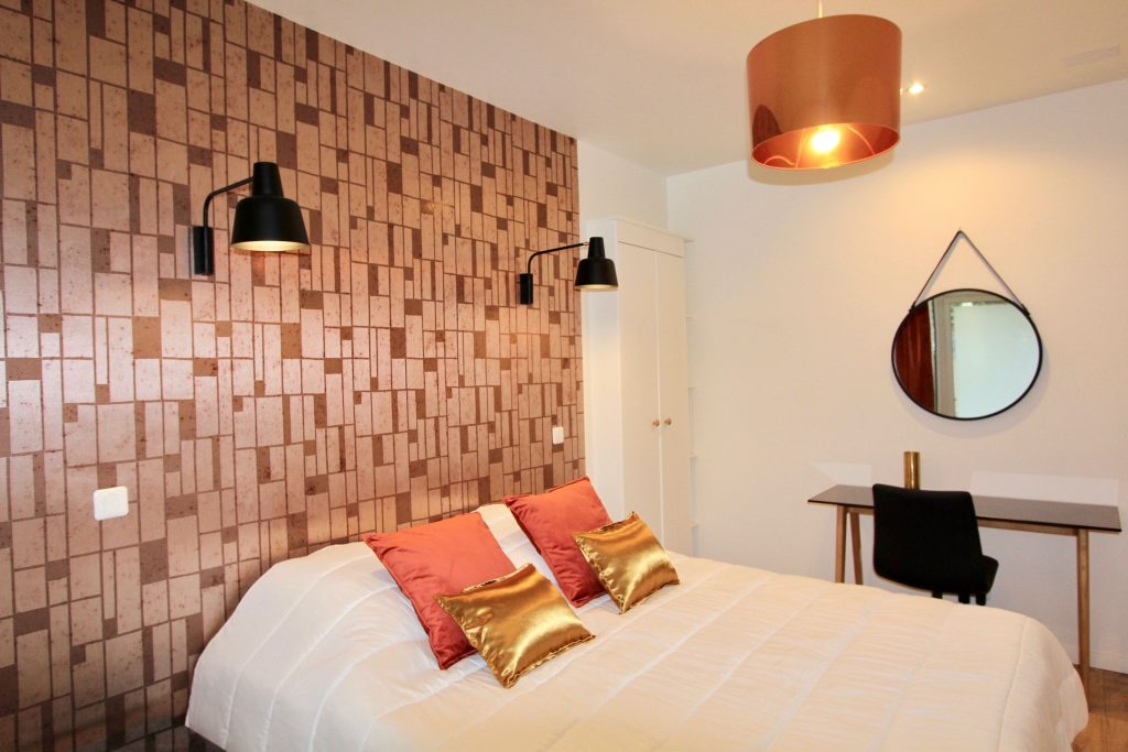 photo d'une chambre avec un papier peint métallisé