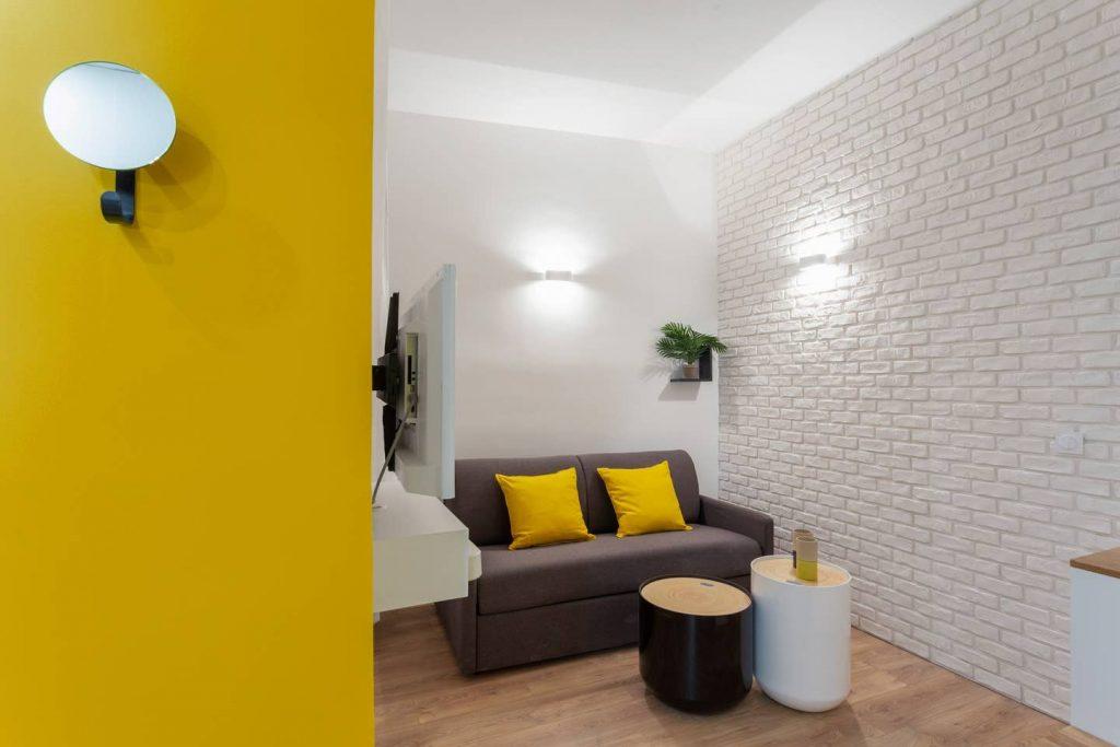 photo d'un appartement avec un mur de brique blanc