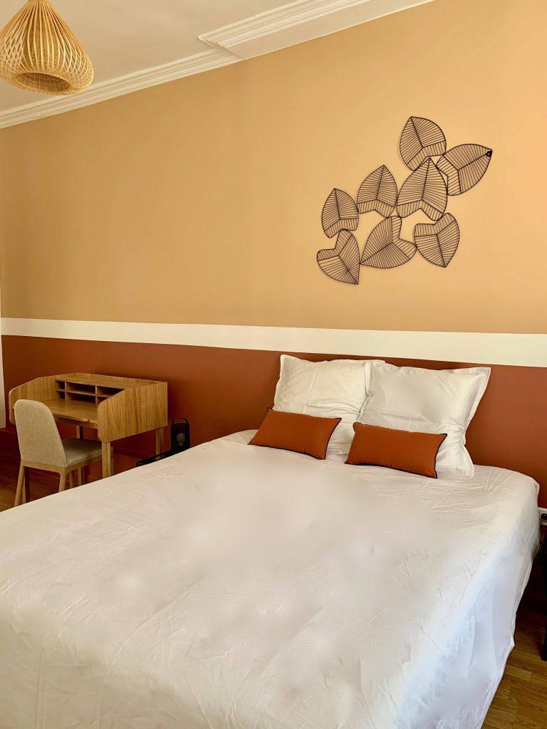 photo d'une chambre décorée avec des bandes horizontales de couleur terracotta