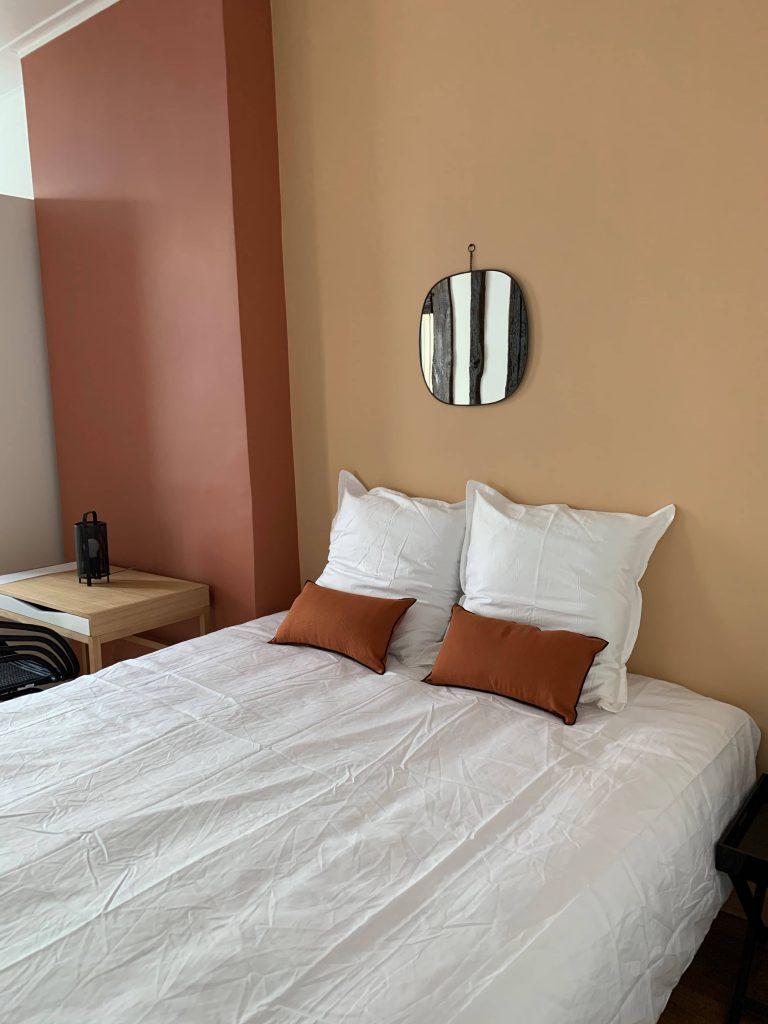 photo d'une chambre décorée avec des couleurs terracotta