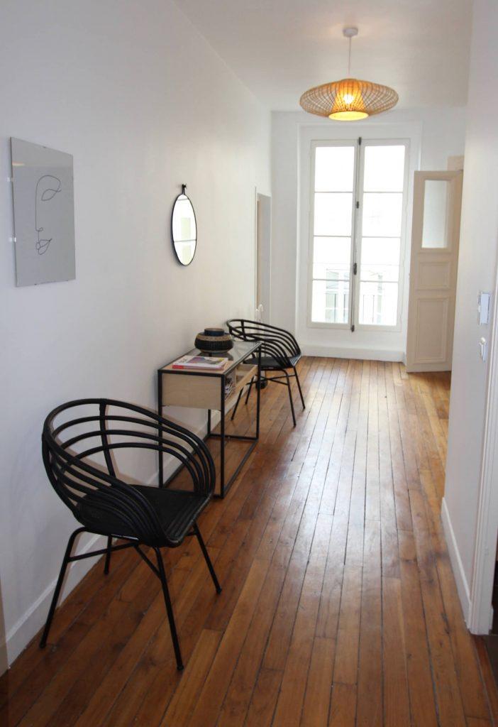 photo de l'entrée d'un appartemphoto de l'entrée d'un appartement décoré avec mobilier contemporainent décoré avec mobilier