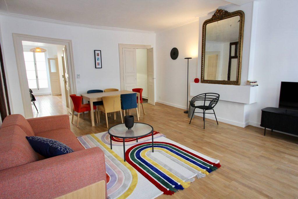 photo d'un salon avec cheminée et mobilier coloré