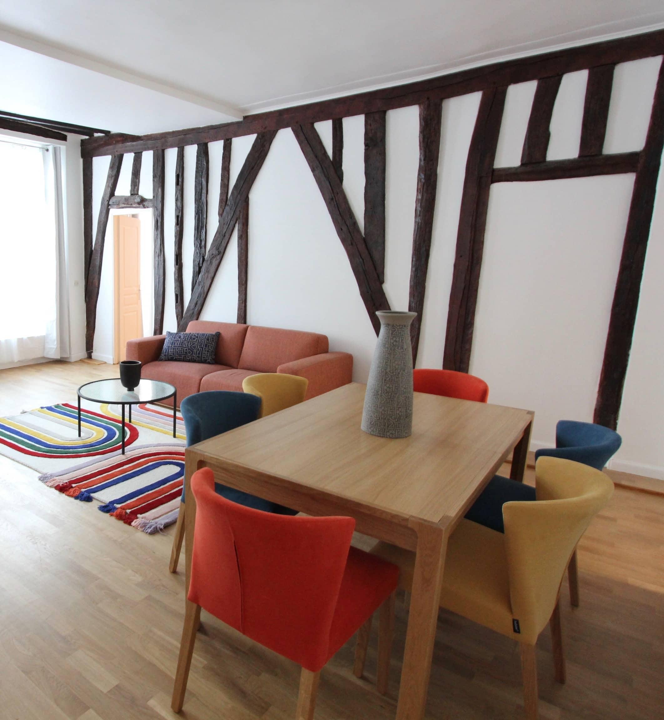 photo d'un salon avec colombages et mobilier coloré