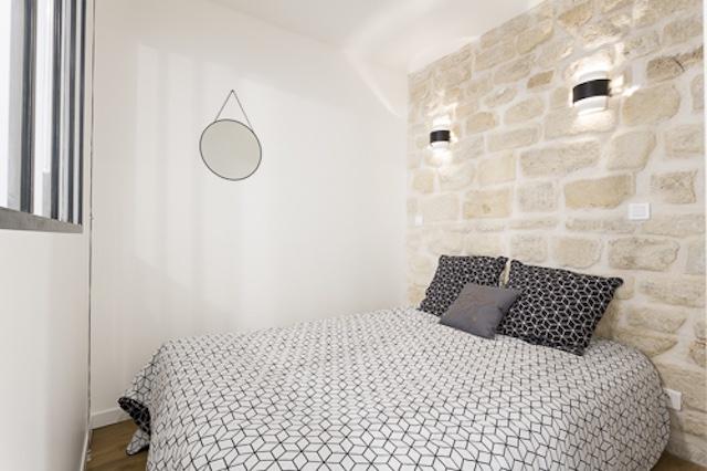 chambre avec un mur de pierre