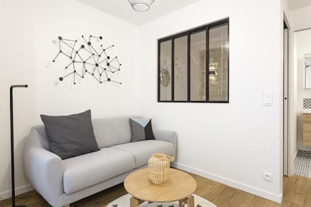 salon et chambre séparés par une verrière