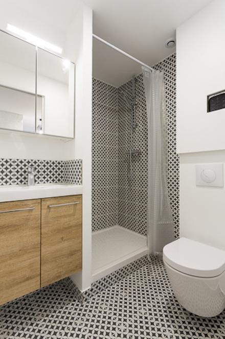 salle d'eau avec des carreaux de ciment noir et blanc