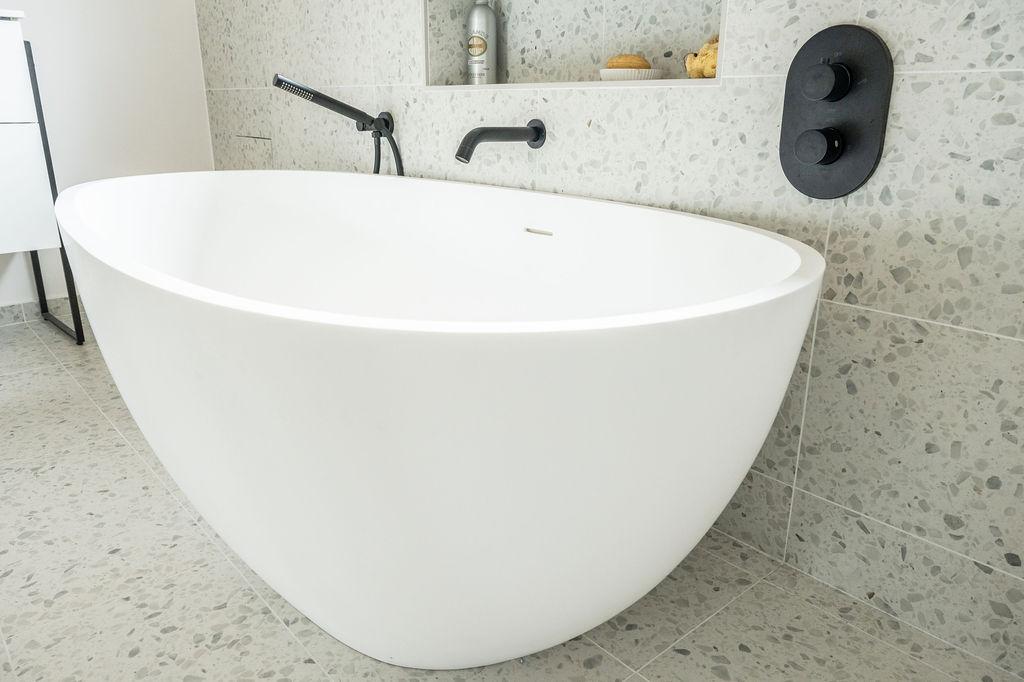 Vue d'une baignoire en résine de forme ovoide tendance