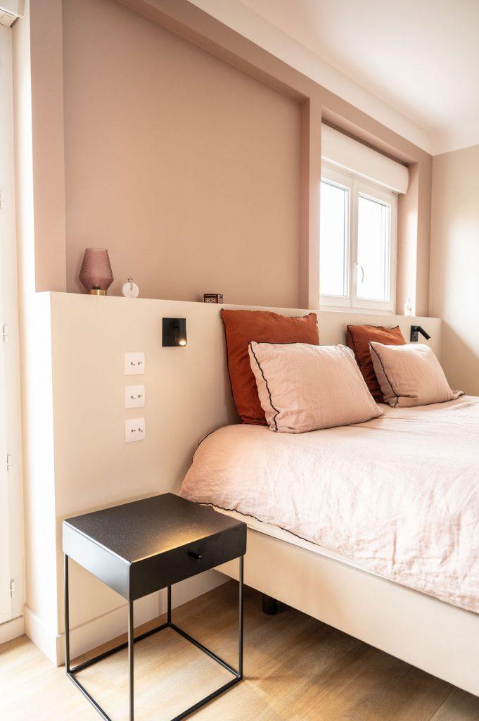 Vue d'une tete de lit decoree par Liza Lena dans des couleurs terracotta et beige