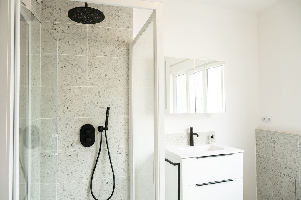 Photo d'une salle de bain tendance en terrazzo avec douche et vasque