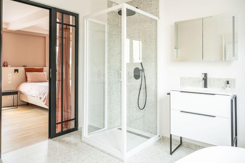 Photo d'une salle de bain ouverte sur une chambre suite parentale