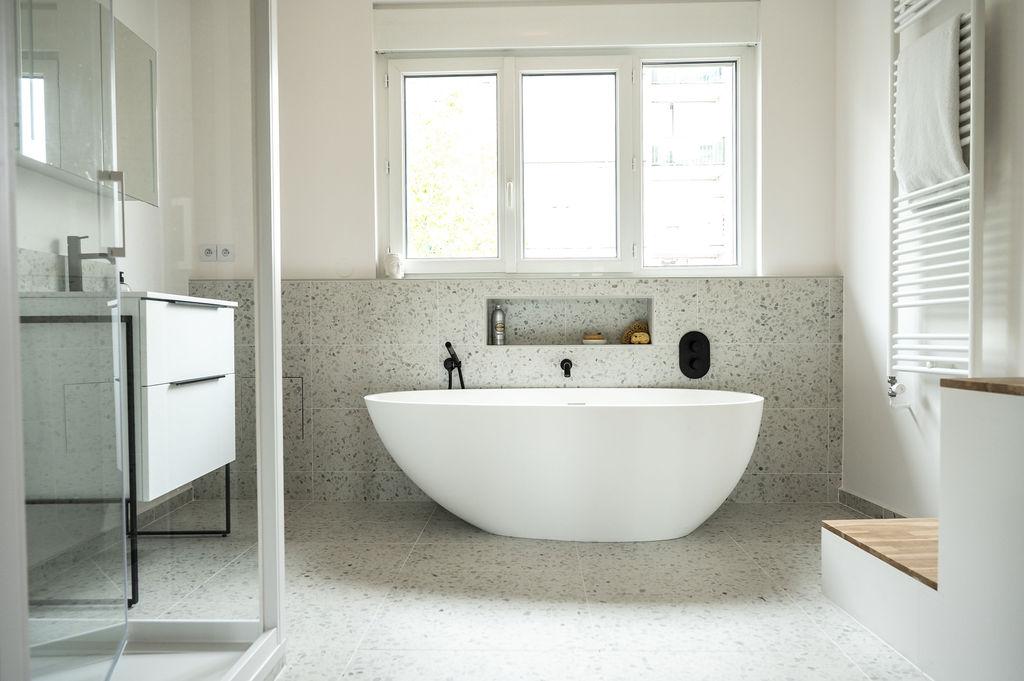 Photo d'une salle de bain avec un sol en terrazzo et des accessoires noir